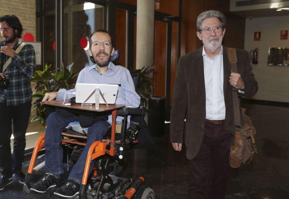 Foto: Los secretarios de Organización de Podemos e IU, Pablo Echenique y Adolfo Barrena, este 3 de mayo en Zaragoza. (EFE)