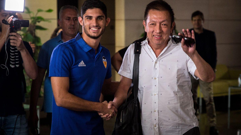 Peter Lim, con Guedes, en una visita reciente a Valencia CF. (EFE)