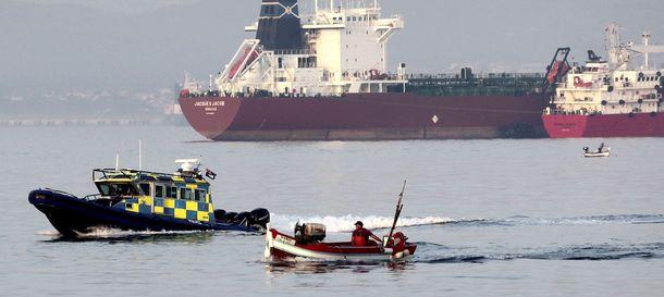 Foto:  Una patrullera de la policía de Gibraltar navega al lado del pesquero