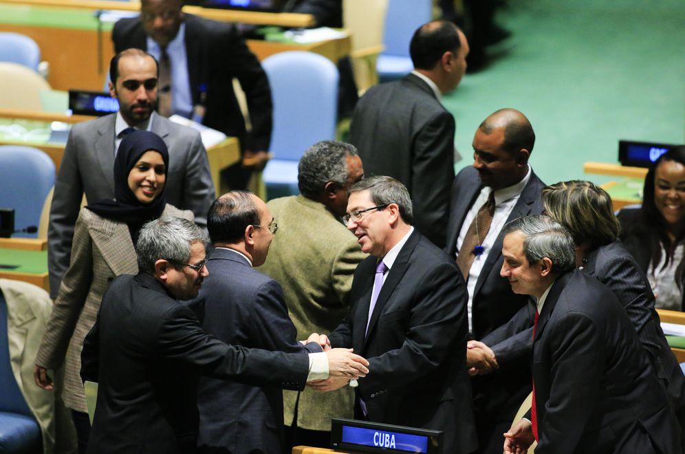 Foto: El secretario de Relaciones Exteriores de Cuba, Bruno Rodríguez, es felicitado por representantes de varios después después de la votación (EFE)
