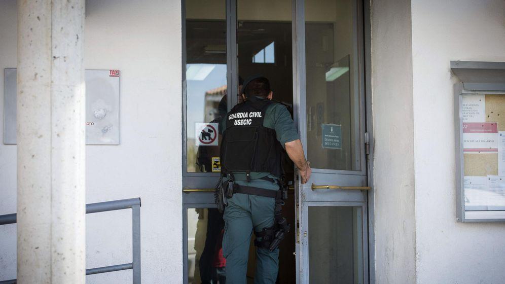 Foto: Un agente de la Guardia Civil, durante un registro policial en el Ayuntamiento de Valdemoro. (EFE)