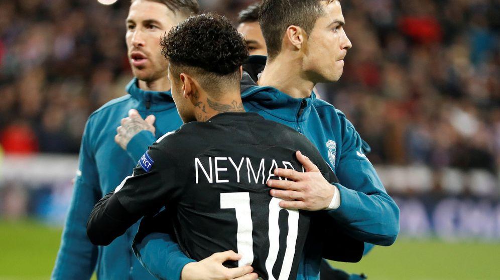 Foto: Neymar y Cristiano Ronaldo se abrazan en el partido de Champions que disputaron en el Bernabéu. (EFE)