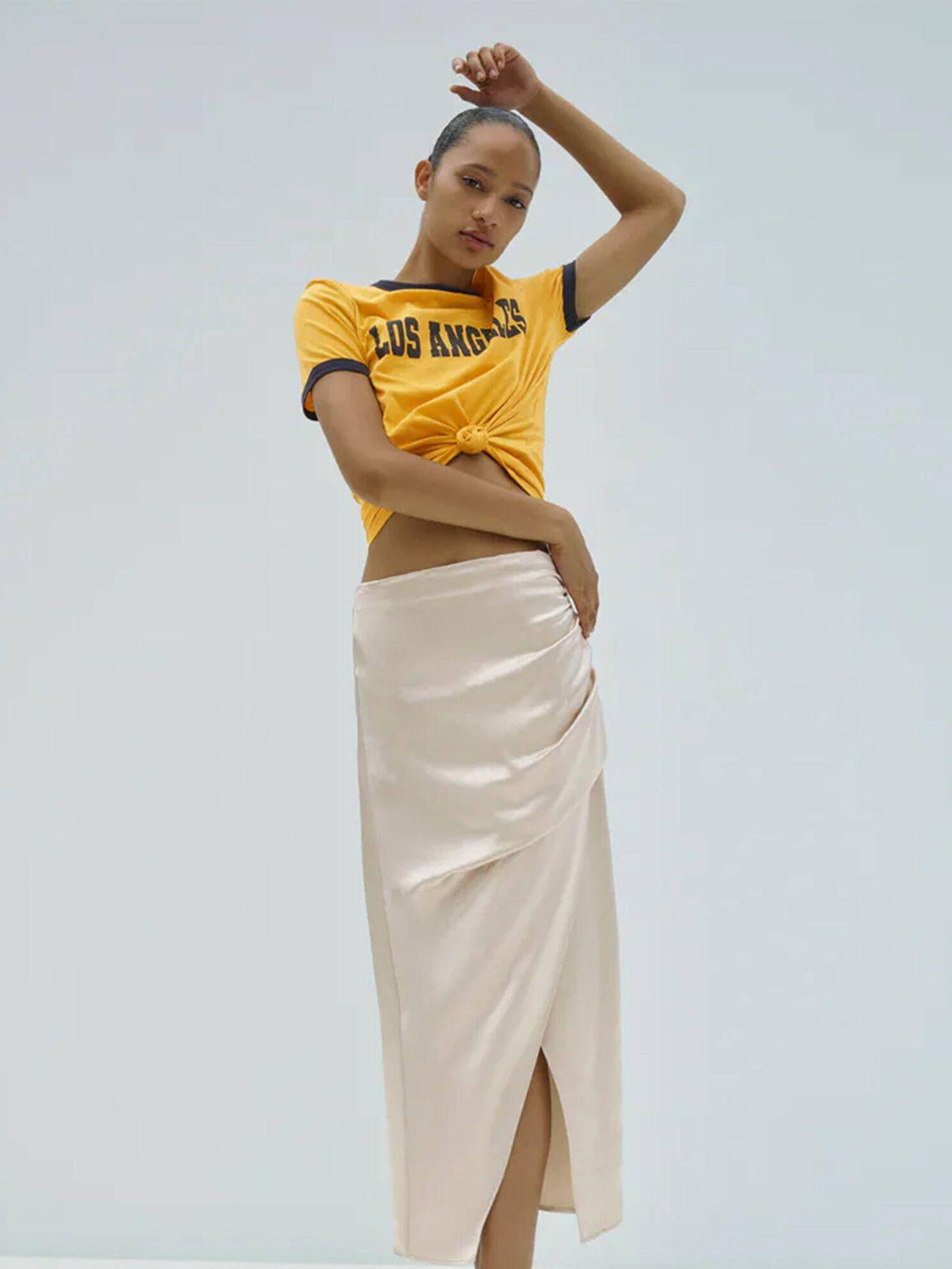 Falda satinada con cierre cruzado y abertura de las novedades de Zara. (Cortesía)