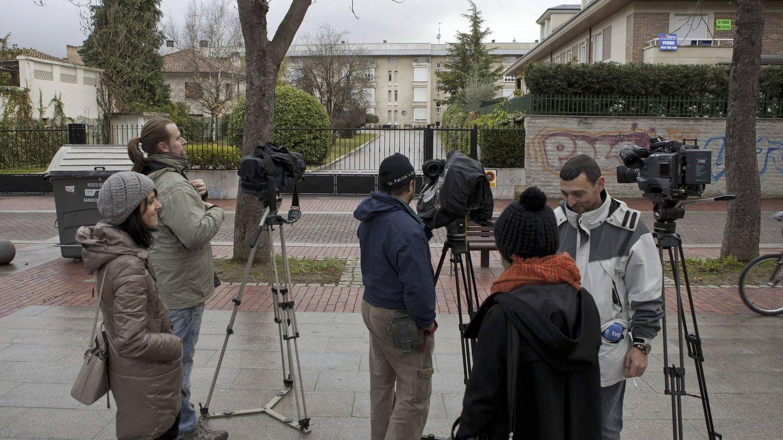 La prensa a las puertas de la casa familiar de los Urdangarin en Vitoria. (EFE)