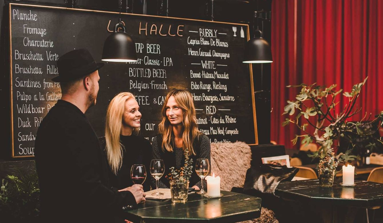 Foto: El manual del perfecto 'hygge' conlleva amigos y lugares con luces cálidas como en La Halle Vinbar (René Roslev/Copenhague Media Center)