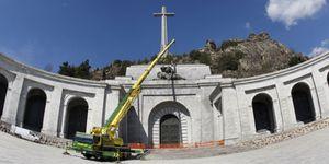 Foto: No hace falta volar el Valle de los Caídos... las estatuas ya están heridas de muerte