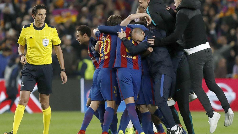 Foto: Los jugadores del Barça celebran el 6-1 junto al árbitro alemán Deniz Aytekin. (EFE)