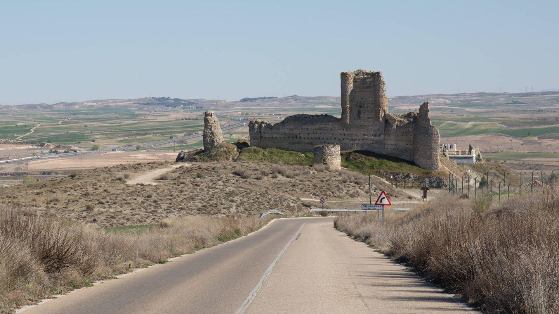 Acceso a Fuentidueña de Tajo, con los restos de su castillo en primer plano. (D.B.)