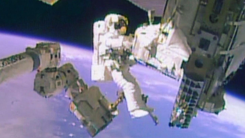 El astronauta Mike Hopkins trabaja en el exterior de la ISS (Reuters).