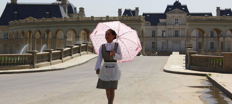 Foto: Una camarera frente a una réplica de un castillo francés del siglo XVII en Pekín (Reuters)