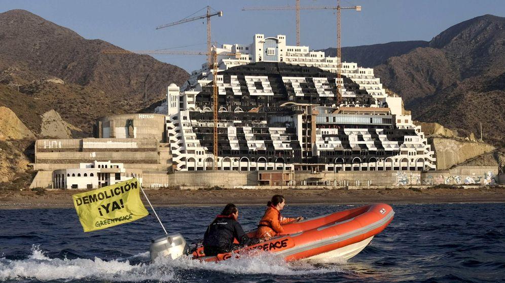 Foto: Greenpeace pinta de negro el hotel El Algarrobico. (EFE)