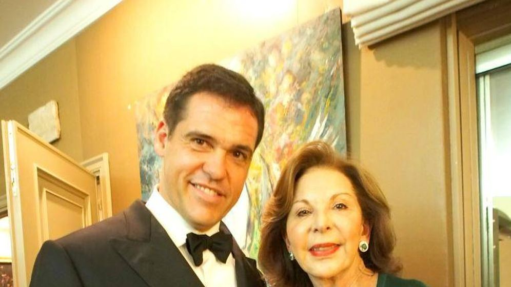 Foto:  Luis Alfonso, junto a su suegra, asistentes a la velada de Mayte Spínola. (Paula Fuster y Rosa Gallego)