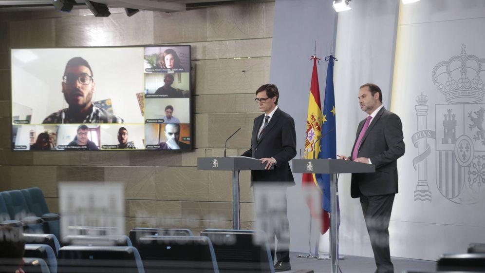 Foto: Los ministros Salvador Illa y José Luis Ábalos, en el estreno del sistema por videoconferencia de la Moncloa, este 6 de abril. (Pool Moncloa)
