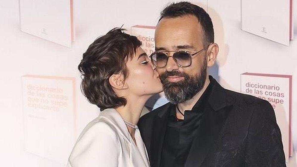 Foto: Blanco al cuadrado, así es el último look de Laura Escanes. Aquí con su marido, Risto Mejide. (Instagram)