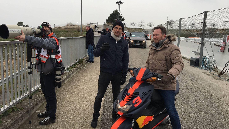 Pedro Martínez de la Rosa habla con Chris Horner este martes en Montmeló. (Javier Rubio)