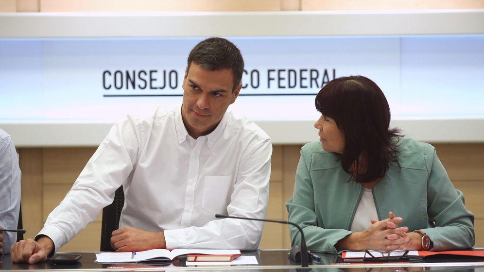 Foto: El secretario general del PSOE, Pedro Sánchez, y la presidenta, Micaela Navarro, durante el Consejo de Política Federal del partido. (EFE)