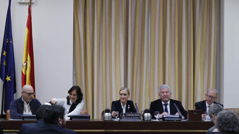 La presidenta de la Comunidad de Madrid, Cristina Cifuentes (centro), momentos previos a su comparecencia en la Comisión de Investigación sobre la supuesta financiación ilegal del Partido Popular. EFE