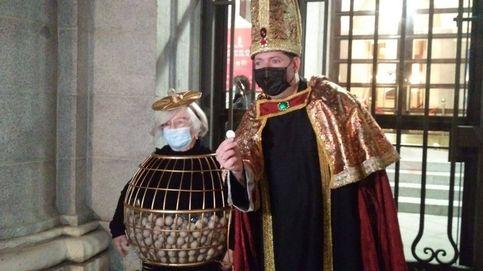 Los disfraces de Manoli Sevilla y 'el obispo de León' no faltan a la cita con la Lotería de Navidad