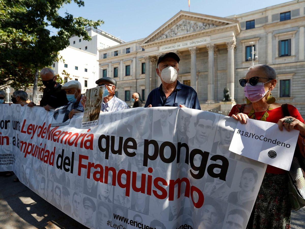 Foto: Concentración a favor de la memoria histórica en el 85 aniversario de la sublevación del 18 de julio. (EFE)