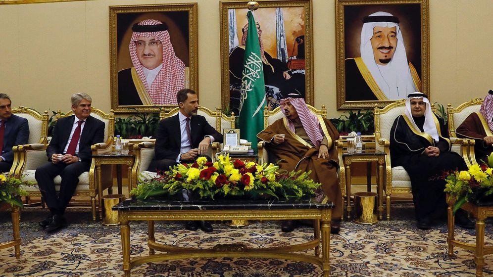 Foto: Felipe VI junto al príncipe Faisal Bin Bandar Bin Abdulaziz Al-Saud en su visita a Arabia Saudí. (EFE)