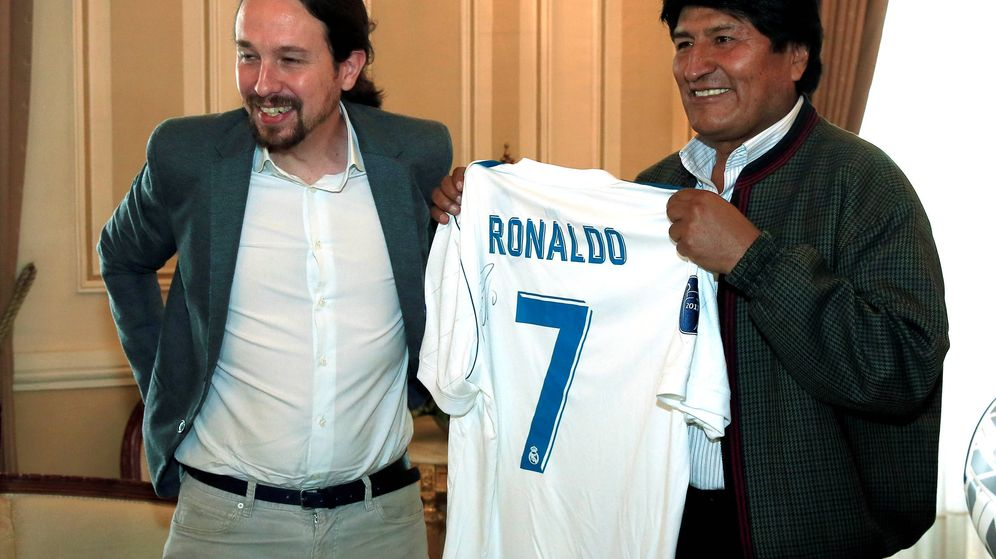 Foto: Pablo Iglesias, regalando a Evo Morales una camiseta firmada por Cristiano Ronaldo en 2017. (Reuters)