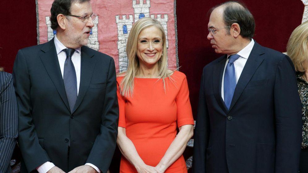 Foto: El presidente del Gobierno y del PP, Mariano Rajoy (i), y el presidente del Senado, Pío García Esudero (d) junto a Cristina Cifuentes, presidenta de la Comunidad de Madrid. (EFE)
