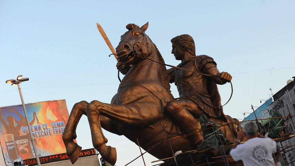 Foto: Estatua de Alejandro Magno a lomos de Bucéfalo en Skopje. (EFE)