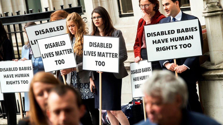 Protesta antiabortista frente al Tribunal Supremo británico. (EFE)