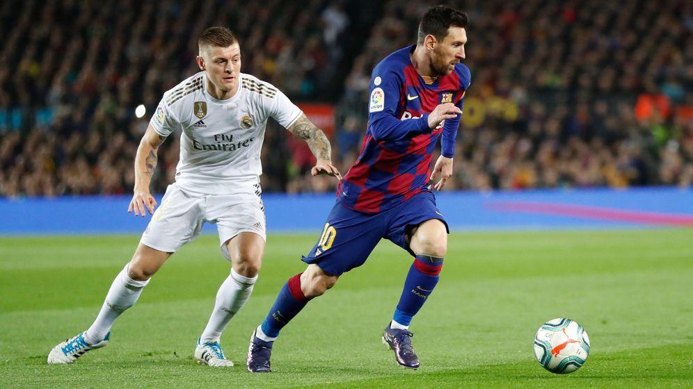 Foto: Kroos persigue a Messi en un partido entre el Barcelona y el Real Madrid. (Efe)