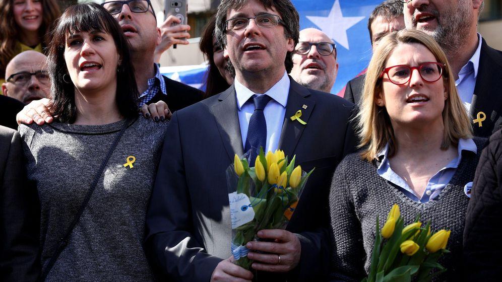 Foto: El expresidente catalán Carles Puigdemont (c) junto a la portavoz de JxCat en el Parlament, Elsa Artadi, tras una rueda de prensa en Berlín. (EFE)