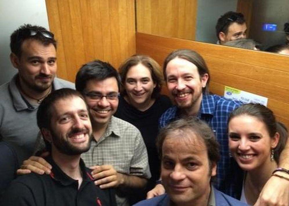 Foto: Pablo Iglesias y Ada Colau con sus equipos encerrados en el ascensor. (Twitter)