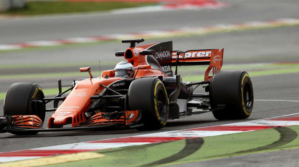 Foto: El McLaren MCL32 sobre el asfalto de Montmeló.