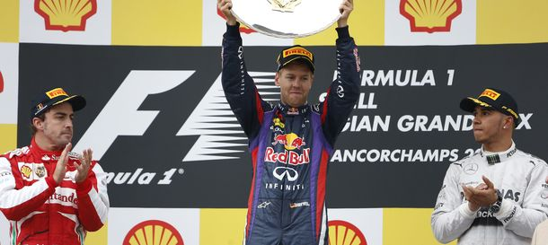 Foto: Sebastian Vettel levanta su trofeo ante Fernando Alonso y Lewis Hamilton.