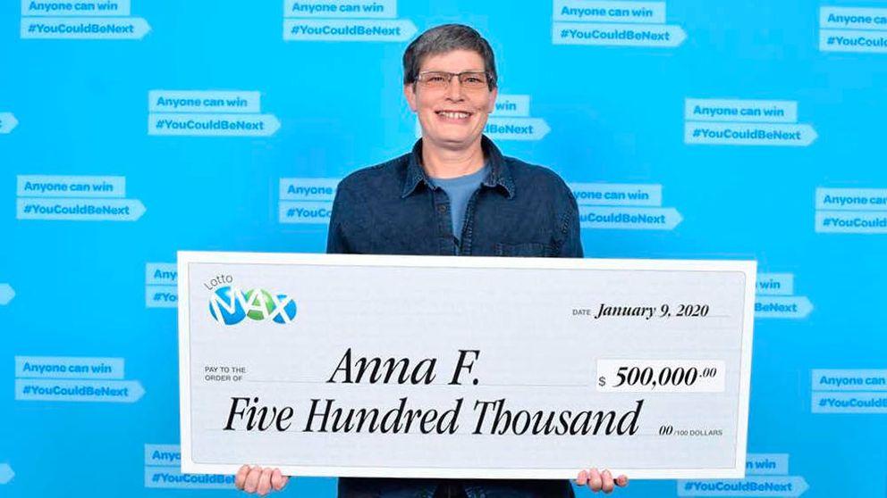 Gana medio millón a la lotería y está a punto de tirar el boleto a la basura