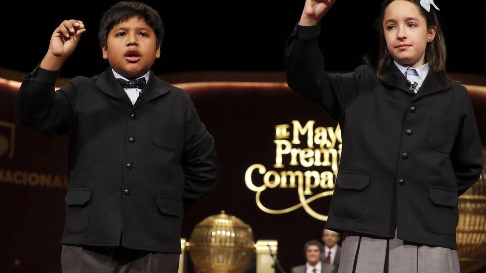 Foto: Los niños de San Ildefonso cantan el séptimo quinto premio de la Lotería de Navidad (EFE)