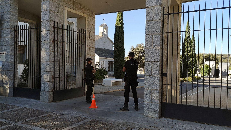 Miembros de la Policía vigilan la entrada del cementerio de Mingorrubio-El Pardo, el pasado 26 de septiembre. (EFE)