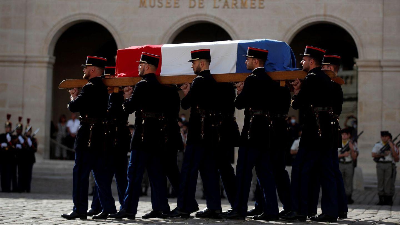 Un grupo de soldados lleva el féretro de Jean-Paul Belmondo. (EFE)