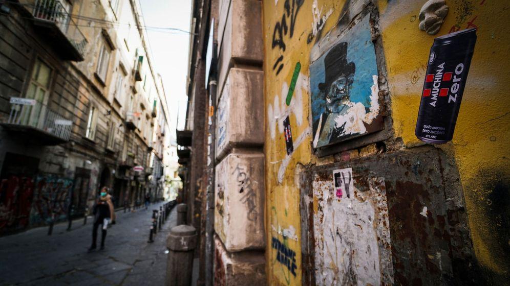 Foto: Una persona camina en el centro histórico de Nápoles. (EFE)