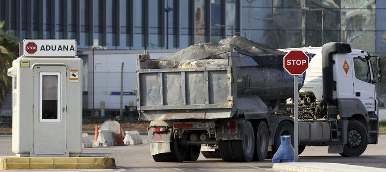 Foto: Los camiones de piedras continúan cruzando la aduana con Gibraltar. (EFE)