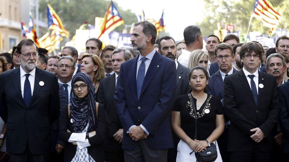 Foto: Felipe VI, junto a los presidentes del Gobierno, Mariano Rajoy (i), y de la Generalitat, Carles Puigdemont (d), durante la manifestación contra los atentados yihadistas en Cataluña. (EFE)
