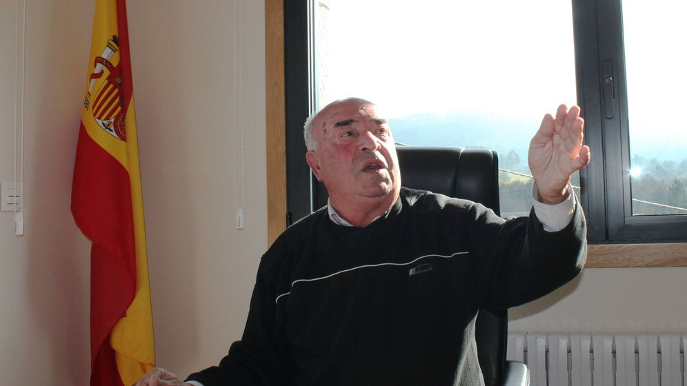 Foto: El alcalde de Beade, Senén Pousa, en el despacho del Ayuntamiento. (Laura Pazo)