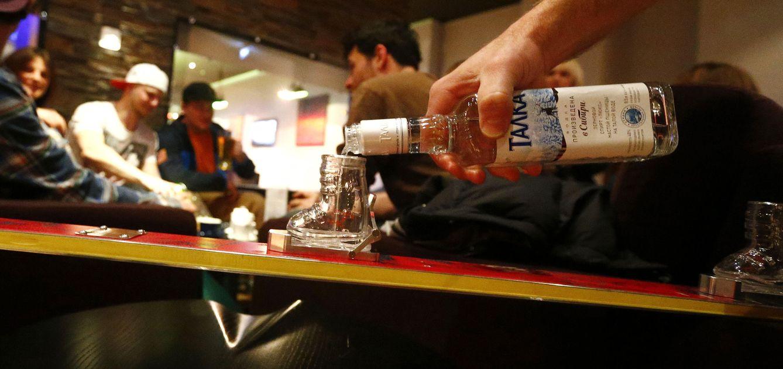 Foto: Un hombre sirve un vaso de vodka en un bar de Roa Khutor, cercano a Sochi, Rusia (Reuters).