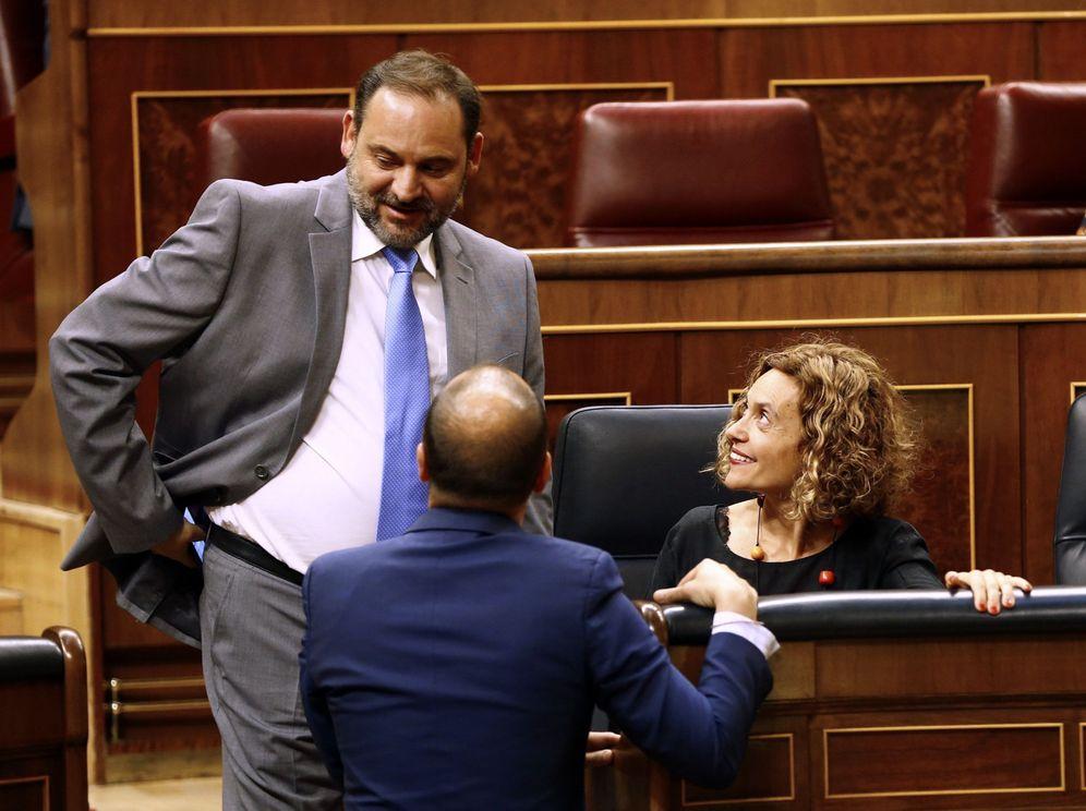 Foto: Los ministros José Luis Ábalos y Meritxell Batet conversan durante el pleno en el Congreso del pasado 12 de junio. (EFE)