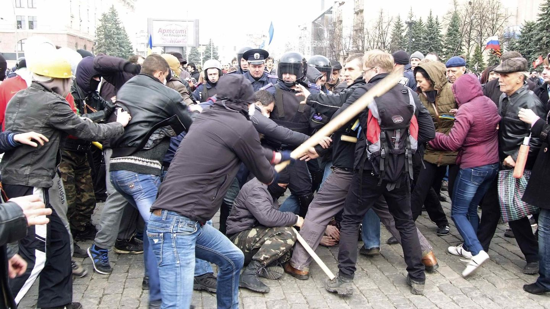Manifestantes prorrusos se enfrentan a seguidores de Kiev en Kharkiv (Reuters).