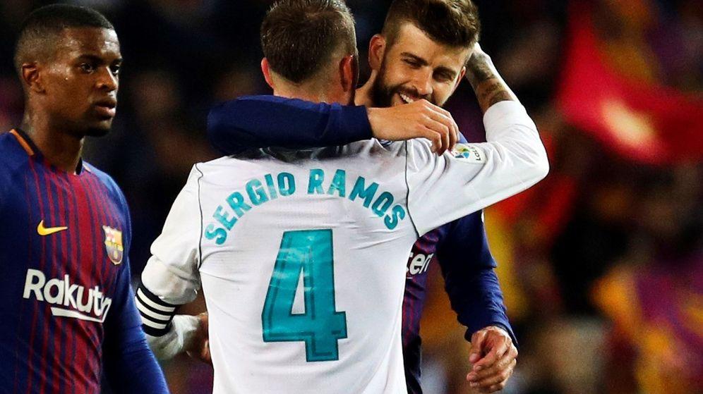Foto: Piqué y Ramos, dándose un abrazo tras el Barça-Madrid. (EFE)