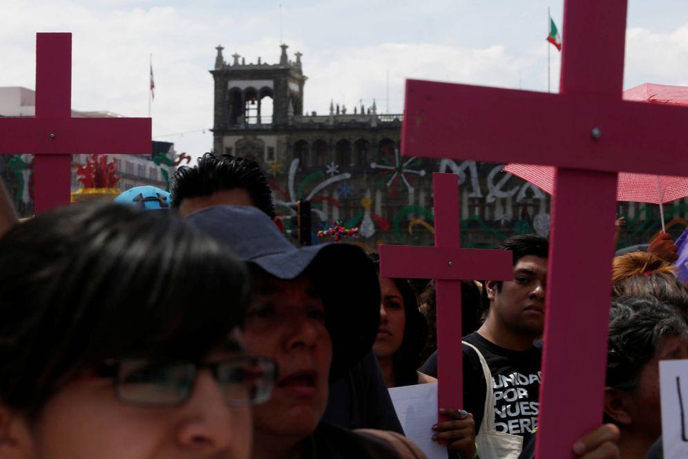 Foto: Manifestantes durante una marcha en homenaje a Mara Castilla, estudiante asesinada en Puebla. (Reuters)
