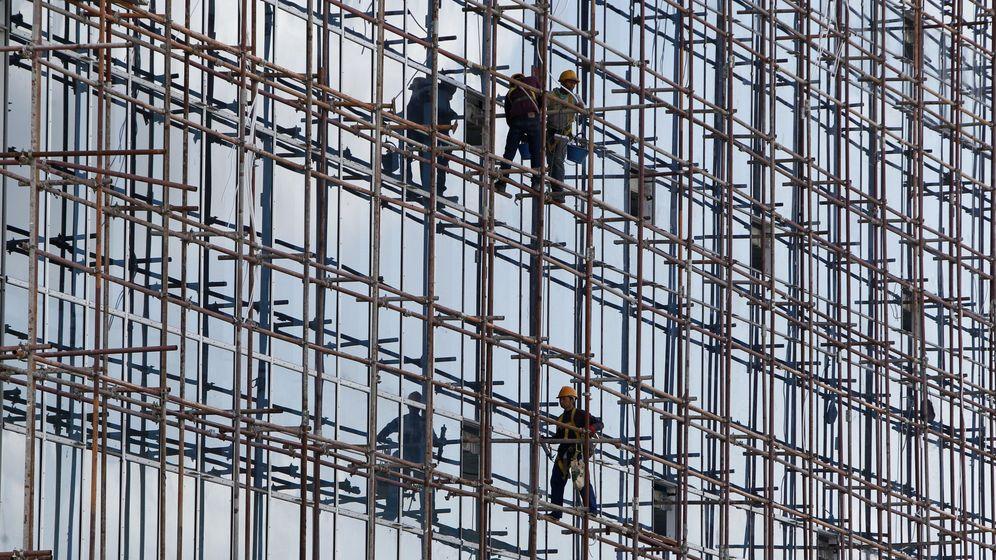 Foto: Obreros de la construcción trabajando. (EFE)