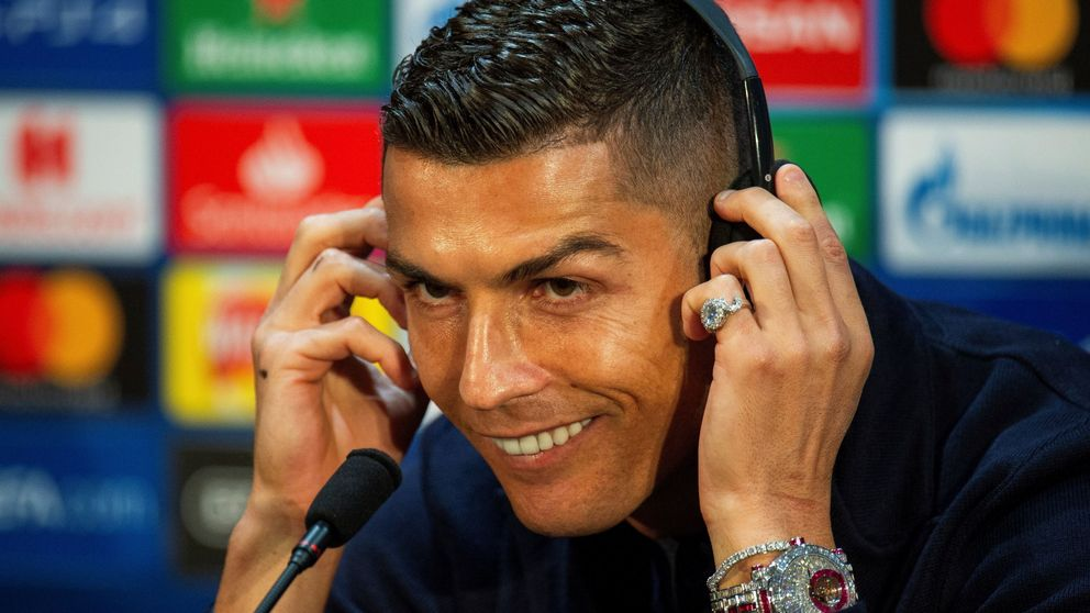 Cristiano Ronaldo se calza un reloj de dos millones para una rueda de prensa