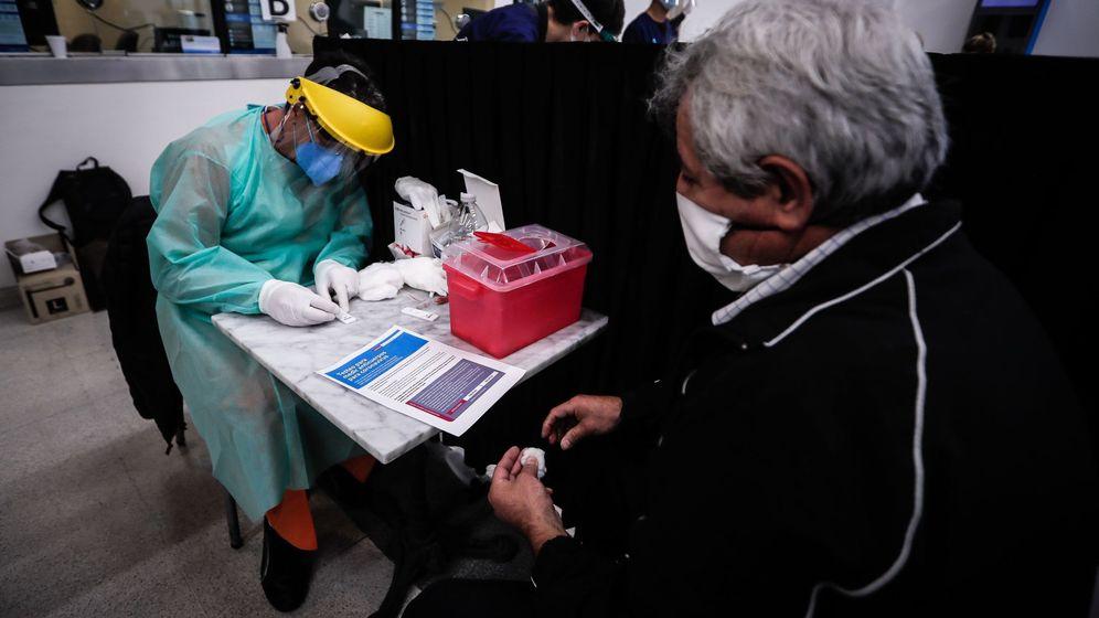 Foto: Los test rápidos se hacen con un pinchazo en el dedo. (EFE)