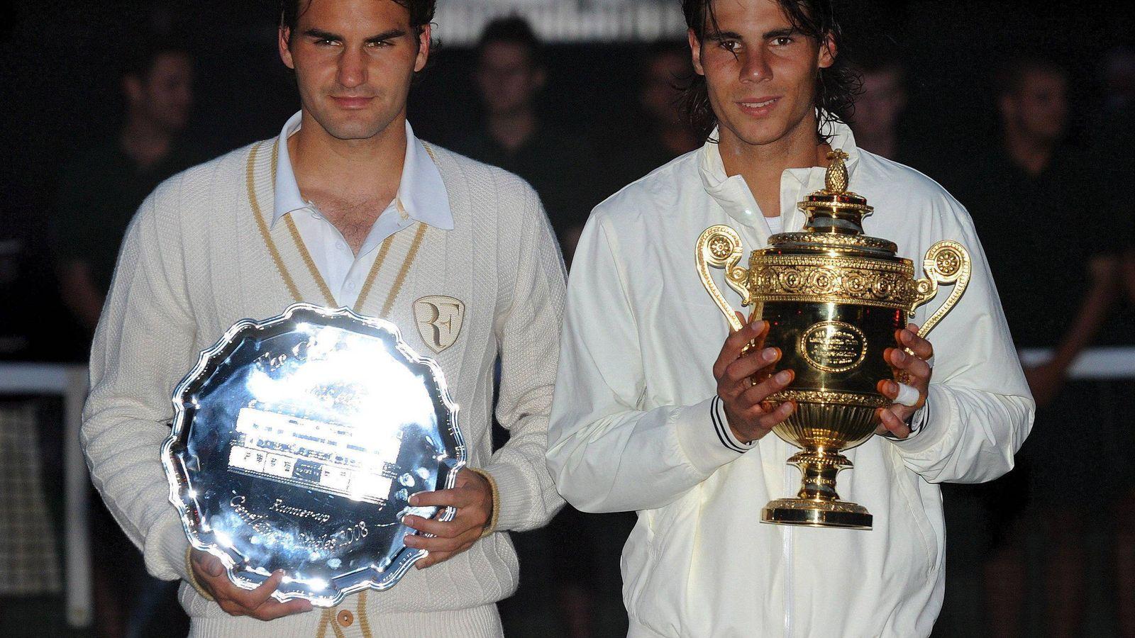 Foto: Roger Federer y Rafa Nadal posan casi a oscuras con los trofeos de Wimbledon 2008. (EFE)